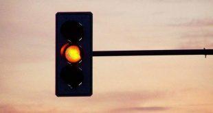Multa per semaforo rosso anche se il giallo dura poco. Cosa ha detto la Cassazione